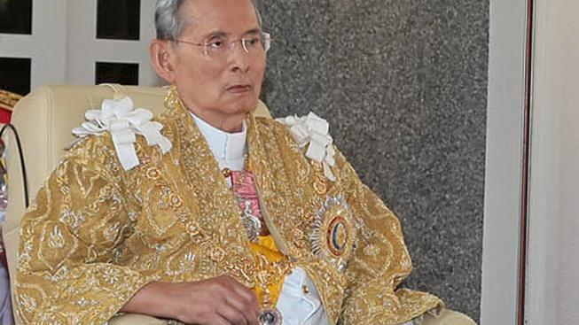 Thajský král Pchúmipchon Adunjadét je mnohými obyvateli uctíván téměř jako bůh