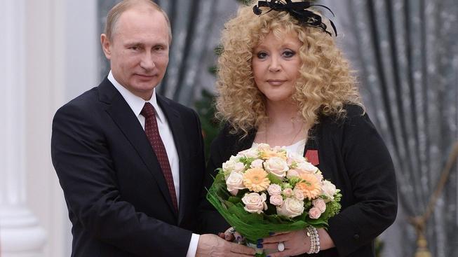 Alla Pugačovova kromě hudby proslula svou zálibou v širokých tunikách, mladších mužích a dobrými vztahy se všemi režimy