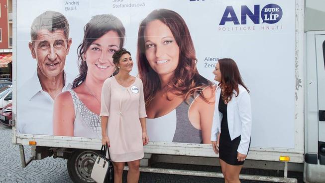 Jitka Stefanidesová na předvolebním poutáku se svou sokyní Alenou Ženíškovou a šéfem ANO Andrejem Babišem