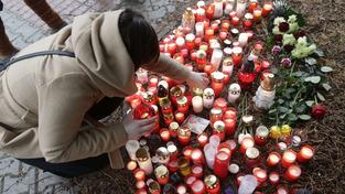 Památku obětí přišly uctít stovky lidí. Na místě úterního masakru zapalovali svíčky