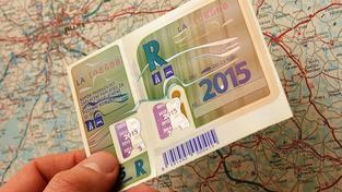 Dálniční známky dostanou nové bezpečnostní prvky, aby se zabránilo jejich padělání. Zároveň se barevně odliší podle délky platnosti