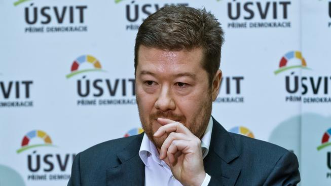 Členové hnutí Úsvit se staví proti svému předsedovi Tomio Okamurovi. Ten ale z čela strany odejít nehodlá