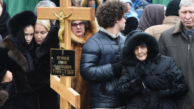 Rodina u hrobu Borise Němcova