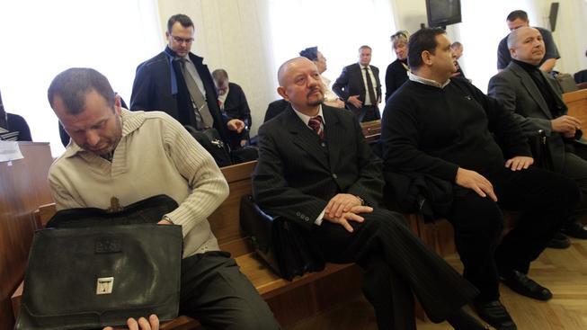 U olomouckého vrchního soudu uspěl s žádostí o snížení trestu jen Eduard Slanina (zcela vlevo). Na snímku s (zleva) Milanem Vítkem, Eduardem Polákem a Rudolfem Setvákem