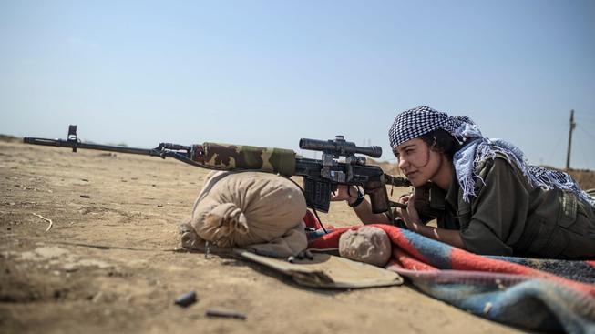 Kurdové mají i ženské bojovnice a navíc v jejich řadách bojují i lidé ze Západu, včetně žen.