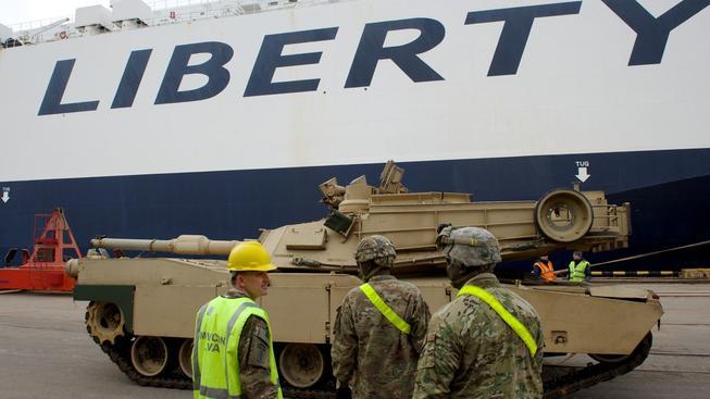 Americký tank Abrams vyložený v rižském přístavu