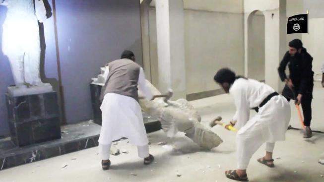 Radikálové z IS nicí sochy v muzeu v Ninive