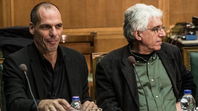 Řecký ministr financí Janis Varufakis (vlevo) a spravedlnosti Nikos Paraskevopulos