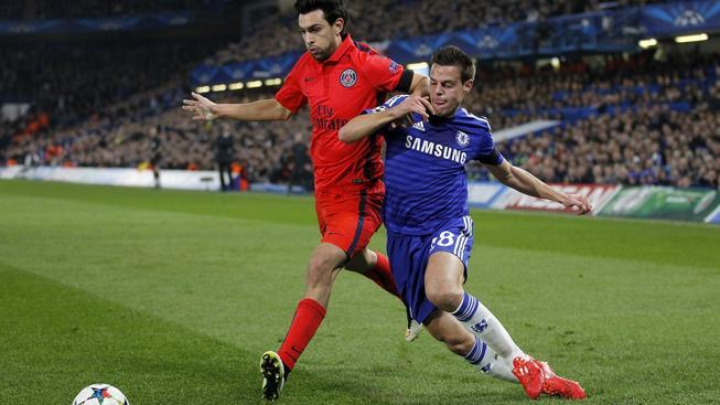 Javier Pastore z PSG postupuje přes obránce Chelsea Cesara Azpilicuetu.