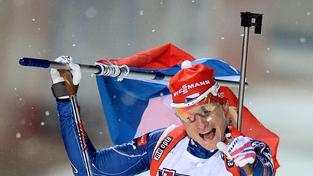 Ondřej Moravec v cíli zlaté smíšené štafety, čeští reprezentanti pak přidali ještě dvě stříbra a bronz.