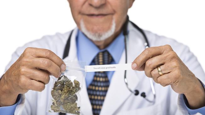 Na lékařský předpis na marihuanu mají v Česku nárok zhruba tři tisíce lidí. (ilustrační snímek)