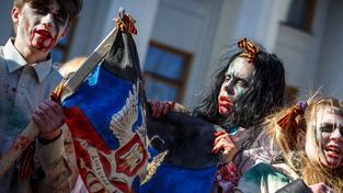 Aktivisté převlečení za zombie během protestu v Kyjevě proti ruské propagandě na ukrajinských kanálech