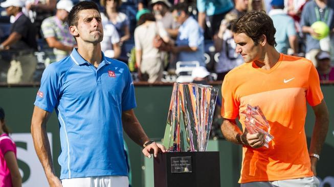 Djokovič a Federer pózují se svými trofejemi z Paribas Open v Indian Wells