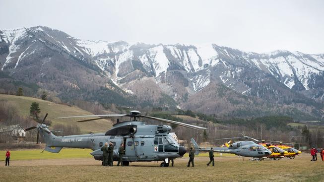 K místu nehody míří stovky záchranářů, policistů a hasičů. Vrtulníky už našly trosky letadla, podle všeho nikdo nepřežil