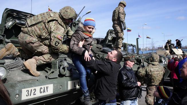 V Polsku konvoj vítali a brali ho jako atrakci, na kterou se přišly podívat tisíce lidí