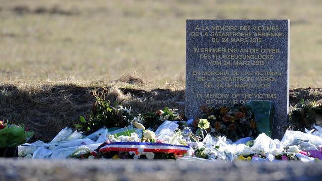 Na místě, odkud vyrážejí pátrací týmy, vznikl pomník obětem tragédie