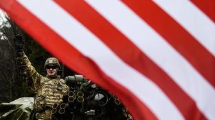 Americký voják na Strykeru zdraví české příznivce