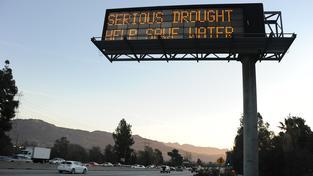 Na nutnost šetřit vodou jsou lidé v Kalifornii upozorňováni na každém kroku