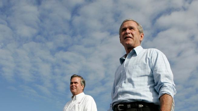 George W. Bush, tehdy jako prezident, a jeho brartr, floridský guvernér Jeb Bush