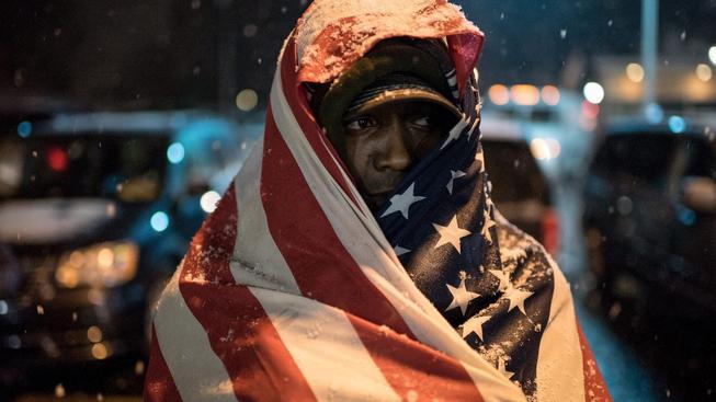 Osvobození policisty, který zastřelil neozbrojeného teenagera, vyvolalo ve Fergusonu vlnu nevole