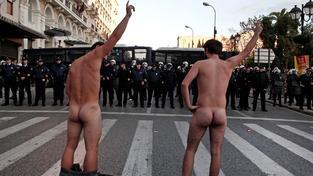 Někteří Řekové mají pocit, že jejich zemi svlékají zahraniční věřitelé do naha. Na snímku dvojice demonstrantů během výročí povstání v roce 1973
