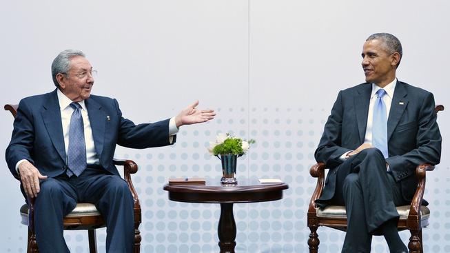 Kubánský vůdce Raúl Castro a americký prezident Barack Obama spolu jednali více než hodinu