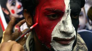 Muž s jemenskou vlajkou na výročí povstání v Saná