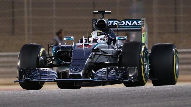 Lewis Hamilton v cíli Velké ceny Bahrajnu