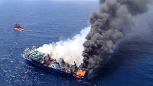 Loď se potopila poté, co začala hořet