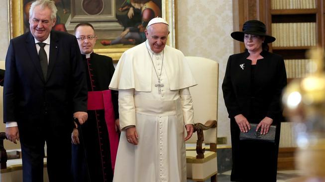 Český prezident Miloš Zeman po boku hlavy katolické církve papeže Františka