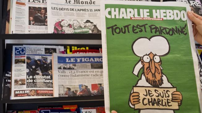 I několik měsíců po tragédii vzbuzuje časopis Charlie Hebdo stále velké emoce