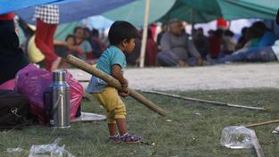 Podle OSN zemětřesení zasáhlo zhruba osm milionů lidí. Nemají kde bydlet, v zemi je nedostatek jídla i pitné vody a chybí zdravotnický materiál