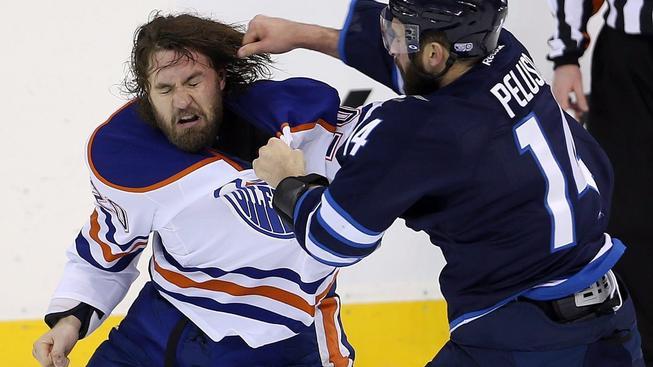 Bitky dělají z NHL atraktivní podívanou, hráče to ale stojí zdraví
