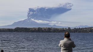 Calbuco chrlí do okolí popel, který zasypává okolní krajinu