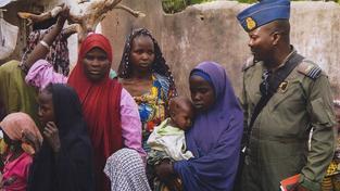 Část žen a dívek, které osvobodily vládní jednotky v pralese Sambisa