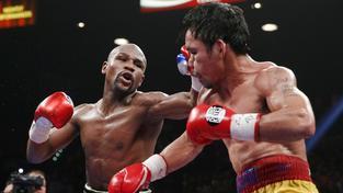 Manny Pacquiao se brání útoku Floyda Mayweathera