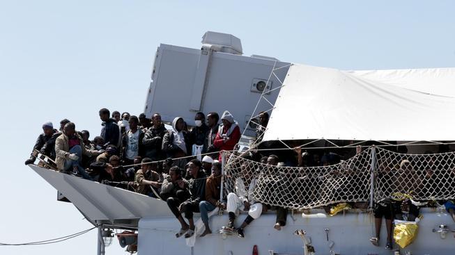 Tisíce afrických uprchlíků míří přes Středozemní a Egejské moře do Evropy
