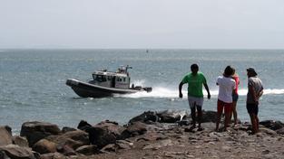 Pobřežní stráž varuje lidi, aby se nekoupali v moři
