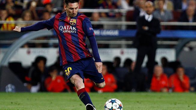 Lionel Messi střílí gól Bayernu