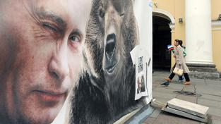 Billboard s Putinem a Medvědem v Petrohradě