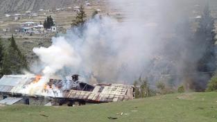 Plameny a kouř ze zničené armádní školy bylo vidět na kilometry daleko