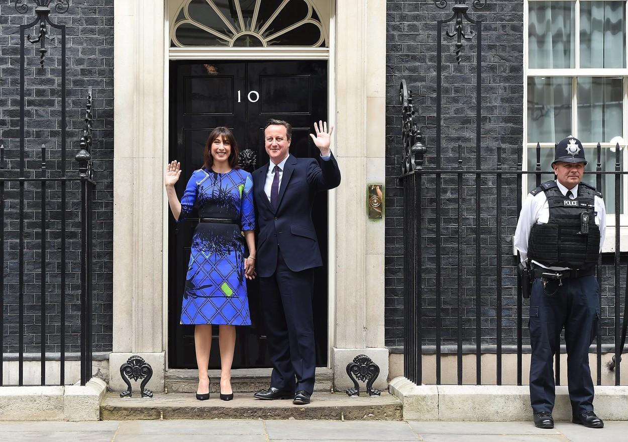 Britský masakr: Padají hlavy lídrů, konzervativci zůstávají u vlády
