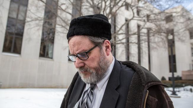 Rabínu Barrymu Freudelovi hrozí až 17 let vězení