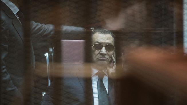 Soud potvrdil Mubarakovi tříletý trest za korupci, na další verdikty ještě čeká