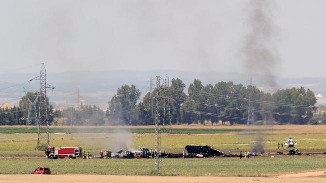 Nedaleko letiště v Seville se zřítil vojenský nákladní letoun