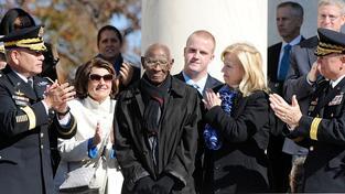 Richard Overton (uprostřed) oslaví 11. května 109 let, je nejstarším americkým válečným veteránem