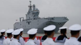Čínští vojáci vítají francouzskou loď Dixmude třídy Mistral v šanghajském přístavu