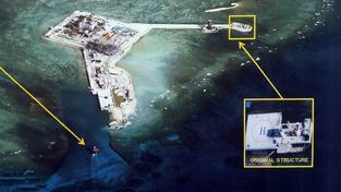 Čínská stavba na Spratlyových ostrovech. Snímek pořídila v druhé půlce dubna filipínská armáda