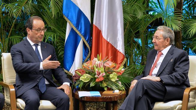 Francouzský prezident François Hollande se svým kubánským protějškem Raúlem Castrem