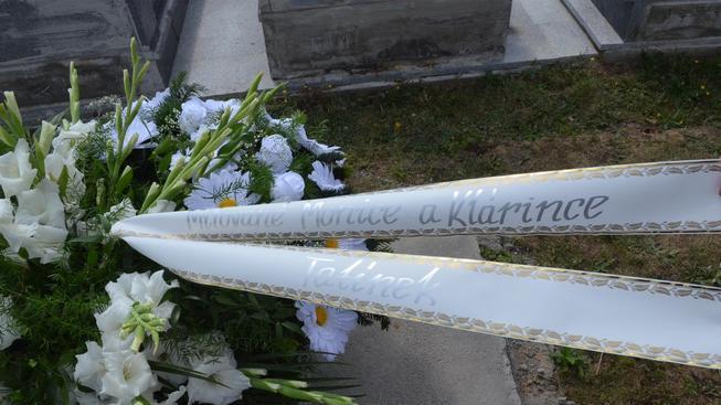 Rodina na hrob dívky a její matky položila věnec i za Petra Kramného, který je obžalovaný z jejich vražd